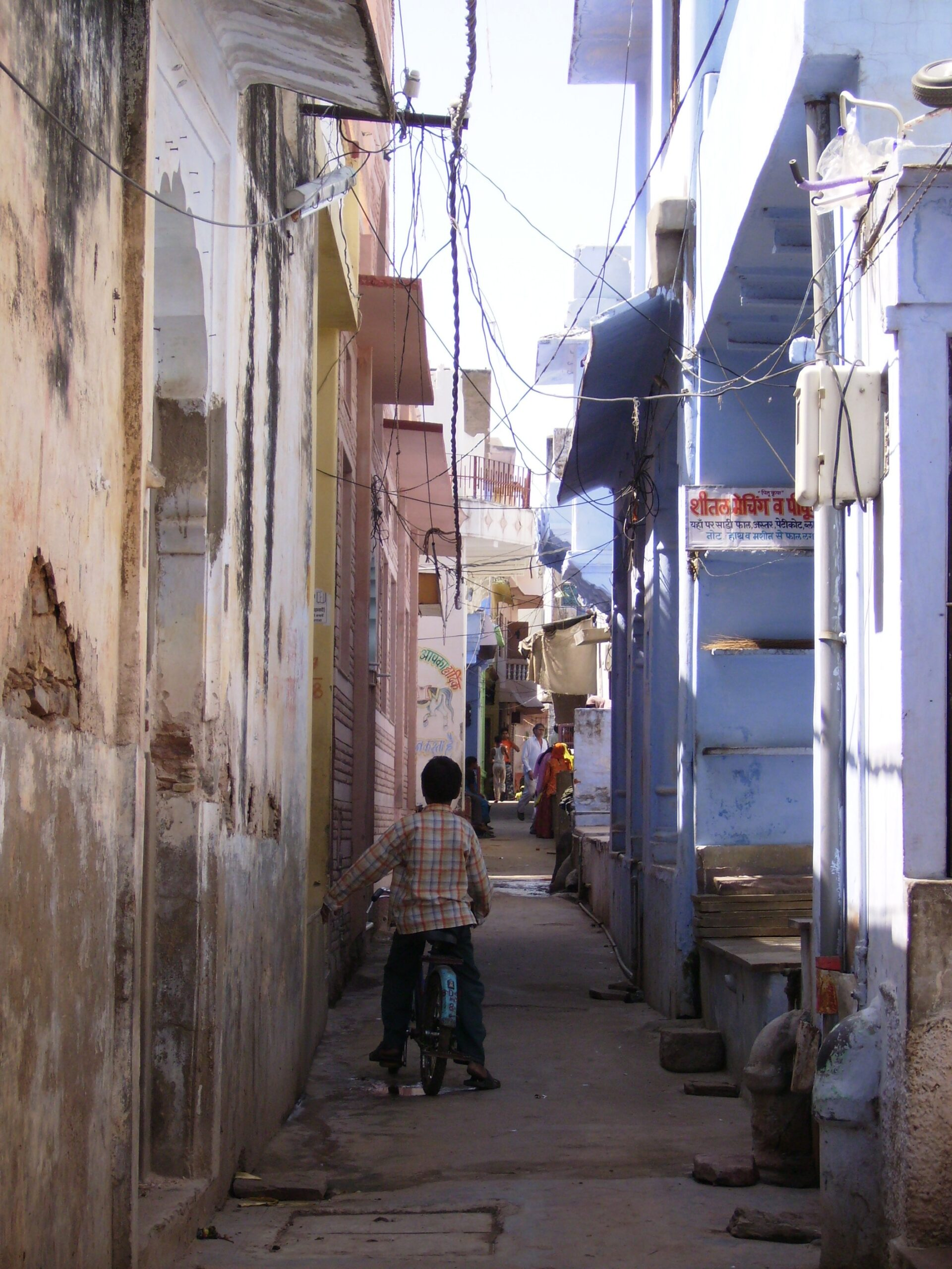 The narrow lanes in the city of Pushkar offer a lot to be explored in terms of Rajasthani food, traditions, temples and cafes.