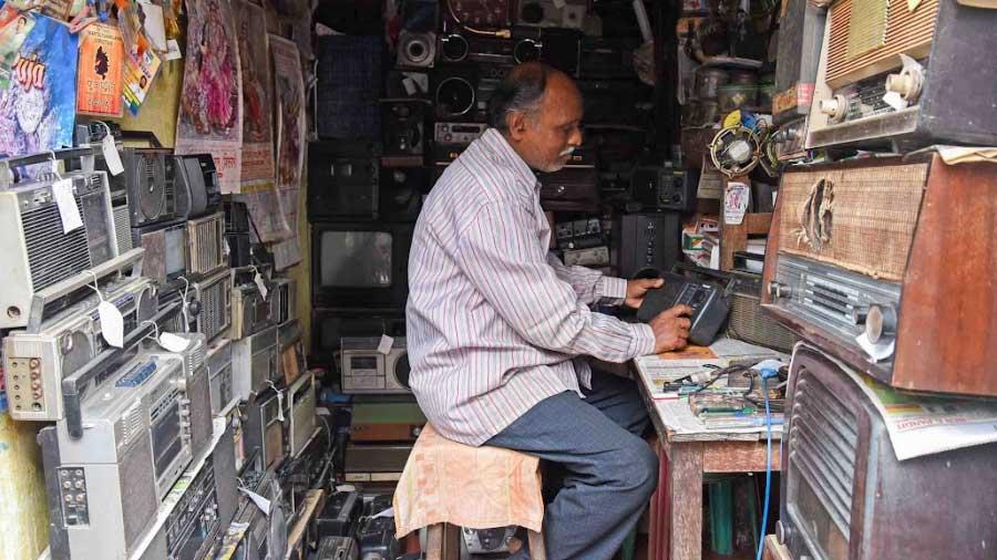 The weeks before Mahalaya are the busiest time of the year for Kolkata's last standing radio repairman Amit Ranjan Karmakar, who runs a repair shop in Kumartuli. Image Via Amit Datta, Telegraph India.   Timeless mahalaya   Travelature